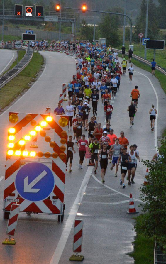 Marathonnacht-Läufer im Bereich Warnowtunnel