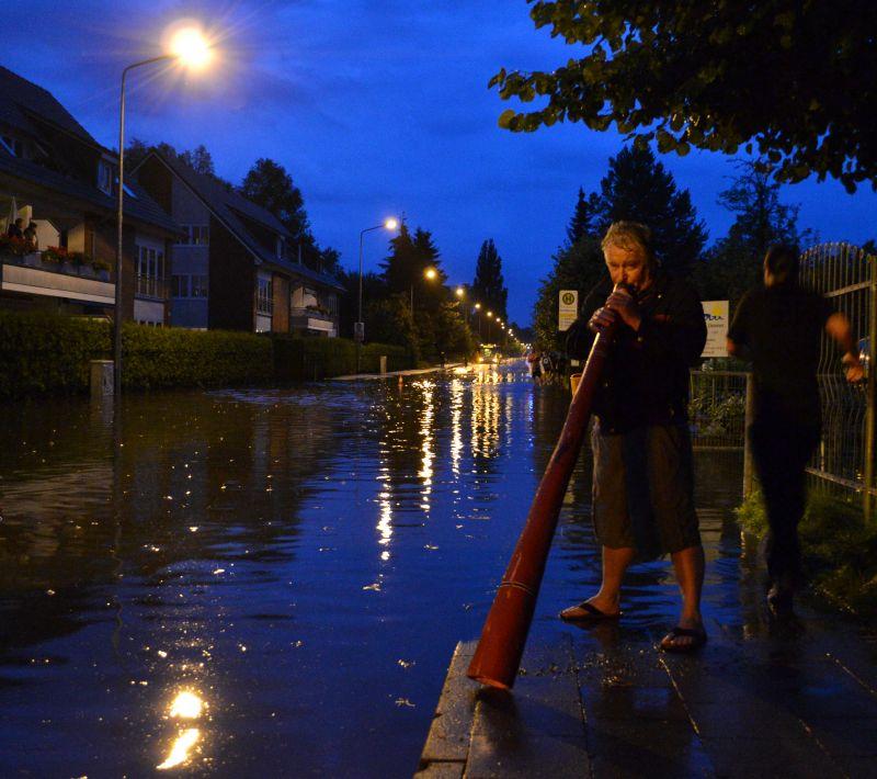 Marathon-Nacht Rostock 2011 - durch Regen überfluteter Hochwasser-Streckenabschnitt in der Pressentinstraße in Gehlsdorf